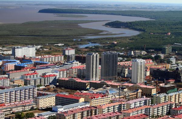 黑龙江省抚远县,鸟瞰抚远县城建筑群。 视觉中国 资料图