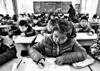 1月6日下午,郑州公交司机钟梅驾驶公交车在十字路口等待信号灯时,一位拉着小女孩的大爷使劲拍打前门,要求上车。既不是站点,又恰处路口,钟梅指了指不远处的公交站,示意大爷进站才能上车。