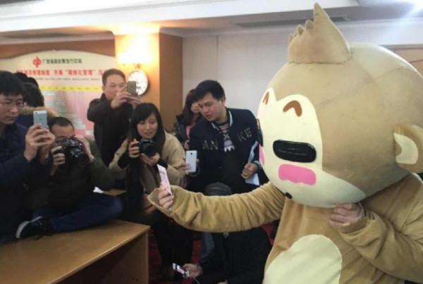 1月15日消息,距离1月12日中出2.64亿巨奖不足3天,广西桂平的这名巨奖得主现身当地福彩中心,领走了这笔巨款。