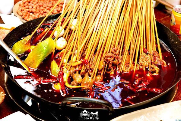 老火锅的麻辣劲道与串串的丰富菜品相得益彰, 招牌麻辣牛肉现场现穿现