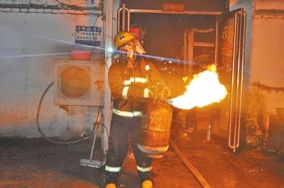 消防士兵抢出煤气罐