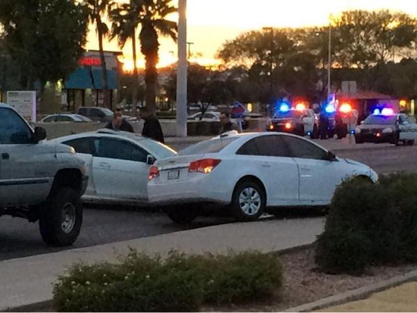 警方走漏,事故发作时,江�h的车上有一位她的男性朋友,这名男性下车检察被车辆受损状况时,发觉霍莉・戴维斯照顾了抢。霍莉・戴维斯其时持枪走到江�h地点驾御坐位旁,向她开了数抢。
