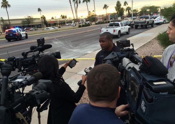 本地警方在现场承受媒体采访。