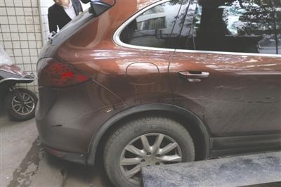 被刮伤的保时捷轿车