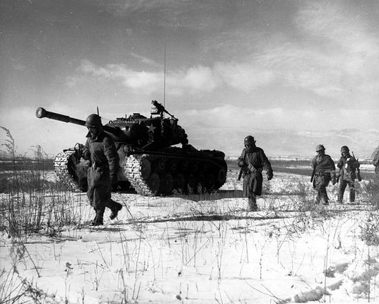 原文配图:美军从长津湖撤退。