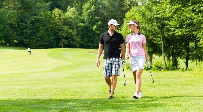 虽然现在有很多女生对高尔夫运动非常感兴趣,但是很多人却不清楚应该提前准备些什么。如果男士能从挥杆的姿势到高尔夫草地的地形都一一进行指导的话,一定会大大提升女士对自己的好感度。虽然现在有很多男士把高尔夫当做兴趣,但是大多不是因为高尔夫能体现自己的绅士品质,而是为了商业应酬。