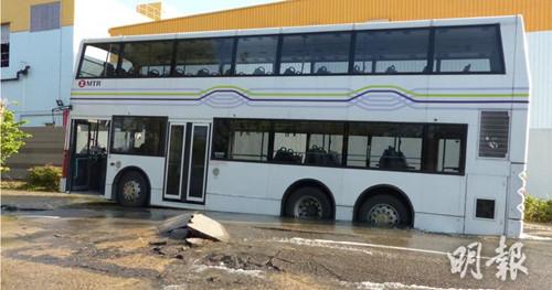 香港一食水管爆裂致路陷 港铁接驳巴士被困