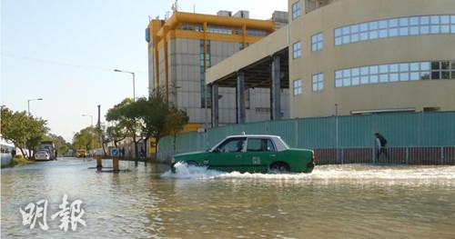 驶经车辆溅起水花。(图:香港《明报》网站)