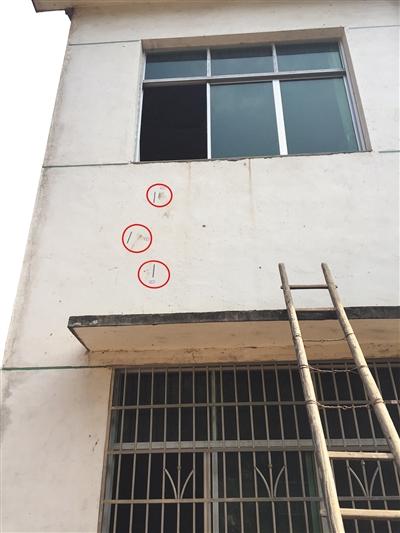 在凶案发作的屋子外侧,警方最少标志11处标记(红圈处)。新京报记者 罗婷 摄