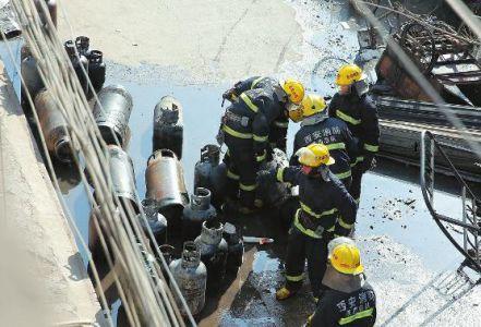 昨天上午,西安城�|十里�街�k�罴�炒逡簧痰旰鋈黄鸹穑�左近多名商�艟��Q�到爆破�,消防��T�幕鹬��出25��液化�夤蕖�