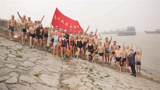 """楚天金報訊 18日,長江救援志愿隊獲""""中國網事·感動2015""""年度網絡人物獎。2010年5月18日,百余志愿者自發組織在一起,成立救援隊。5年來,他們義務守在武漢三鎮的兩江四岸,僅2014年就從洶涌波濤中救起200多人。2014年10月,在挽救3名溺水青年的行動中,志愿者陳忠貴在救起1人后毅然重返救人,魂歸長江。""""用生命守望生命""""的壯舉引起了廣泛關注。"""