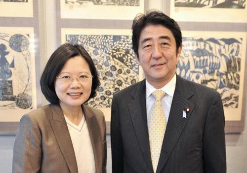 """共同社称,安倍之所以关注台湾,是因为他认为日台""""在安全保障领域共享战略性利害关系""""(日本政府相关人士语)。日方担忧靠近冲绳县的台湾若被置于中国大陆的军事压力之下,将对日本的和平稳定产生重大影响。"""