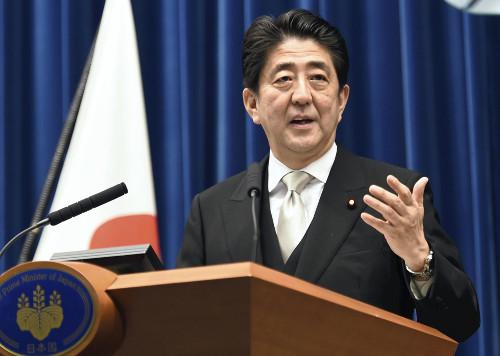 """迄今,日本政府通常会在1月的例行国会伊始提交下年度预算案,并同时举行首相的施政演说。由于本次例行国会召集日提前至1月4日,成为1992年经日本《国会法》修改规定""""1月召集""""后召集时间最早的一届,下年度预算案提交时间没有赶上。"""