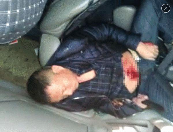 据传此为嫌疑人胡某,在肇事车辆驾驶室内,腹部被刀捅伤 来源:朋友圈视频截图