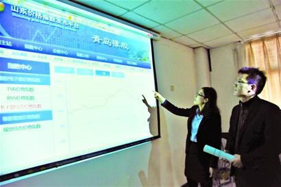 1月18日,青岛保税港区国际橡胶交易市场的工作人员给客户介绍近年的
