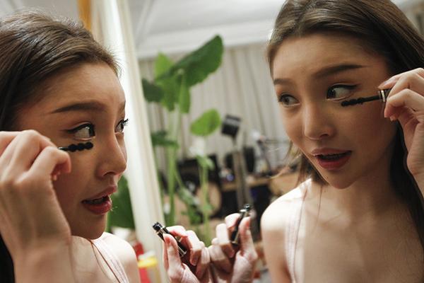 2016年1月14日,上海,为了做直播,丁瑶每天要花一个多小时来化妆。 本文图片 澎湃新闻记者 高征 图