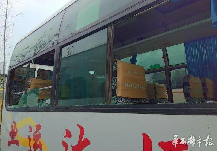 四川资阳两线路客车抢客砸车 警方介入调查