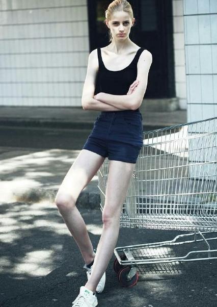 法国16岁嫩模双腿逆天成精 身材姣好身高达181cm
