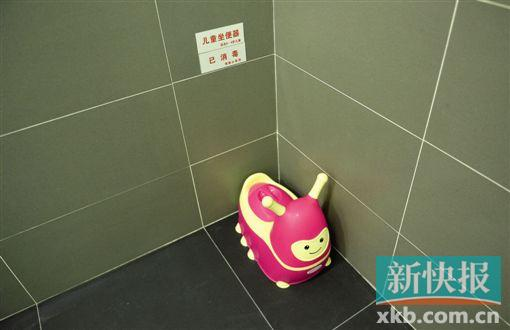 白云机场洗手间增加了儿童坐便器。