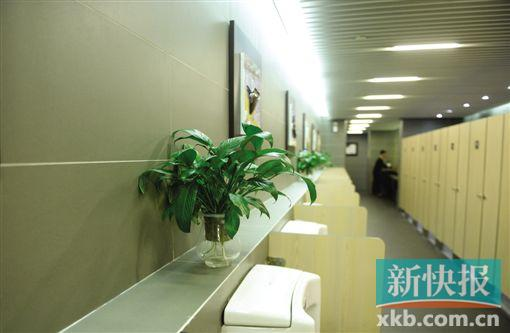 白云机场男洗手间增加蹲便器。