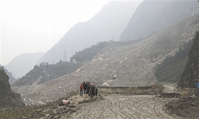 山体垮塌 200米路段被埋