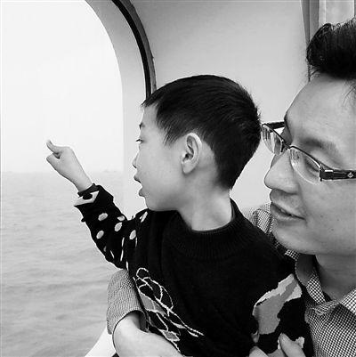 上海援青干部刘卫东和儿子。