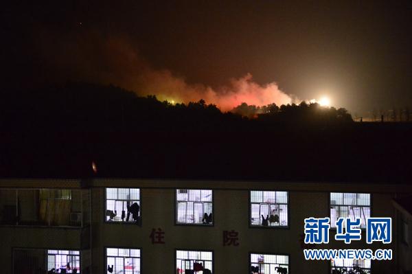 1月20日,在距离爆炸现场约1公里的一处医院,可以看到花炮厂里仍然有烟花不断引燃。当日0时30分左右,江西上饶市广丰区洋口镇昆山村发生一起花炮厂爆燃事故。 新华社记者周密摄
