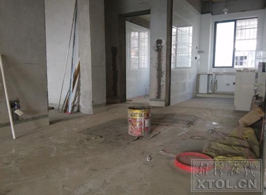1月18日,记者来到郭老师装饰了一半的屋子。能够看到,厨房和洗手间已完结根本装饰,空中铺的瓷砖因歇工一年多已积满尘埃。(记者 李蓓 摄)