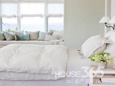 10平米卧室装修图片:一款海边小户型的卧室装修,碍于整个卧室的面积比较的有限,所以在卧室中并没有过多的摆放家具,简而代替的是一些简单小巧的家具。