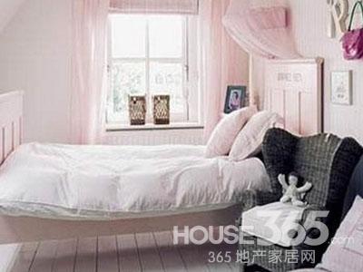 10平米卧室装修图片:一款比较温馨的粉色小户型卧室装修,整个卧室采用了大面积的淡粉色装饰 ,窗帘和蚊帐都采用的是淡红色,房间里所有的家具都从简,还设计了一些挂物架。