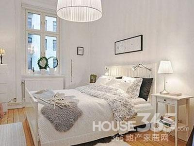 10平米卧室装修图片:混搭风格的小户型卧室装修,整个卧室的床品选择有点复古风,也是现代80、90特别喜欢的一种风格,黑色的铁艺床,温馨的床品还有蕾丝的窗帘设计,让混搭风格的卧室也是别有一番情调。