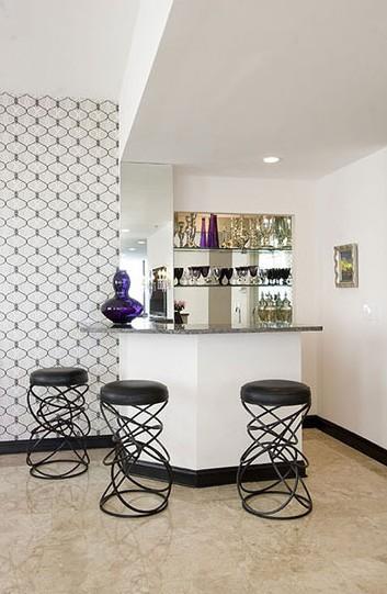家庭吧台装修效果图:极为整洁清爽的白色酒吧,用玻璃搁架放置酒品以及图片