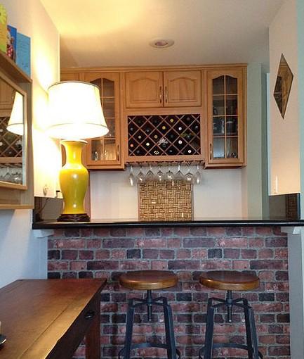 家庭吧台装修效果图:酒吧吧台面的大理石纹极为吸引人,给淡雅的配色
