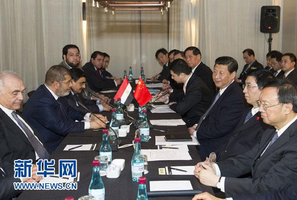 2013年3月27日,中国国家主席习近平在南非德班会见埃及总统穆尔西。新华社记者 黄敬文 摄