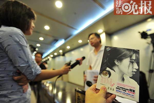 图说:此案休庭时,被告胡杨林署理律师承受媒体采访 摄/通信员 曹璐