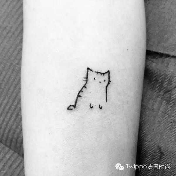 极简风最喜欢的就是这只猫了,纹在手臂内侧感觉像在躲猫猫.图片