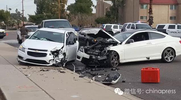 事发现场,右边的白色车辆为江�h驾驶的汽车(图片由现场目击者Dave提供)
