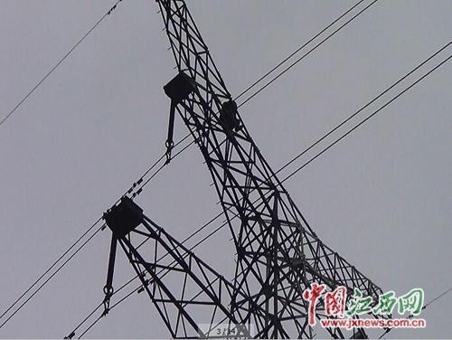 女子在40米高塔上