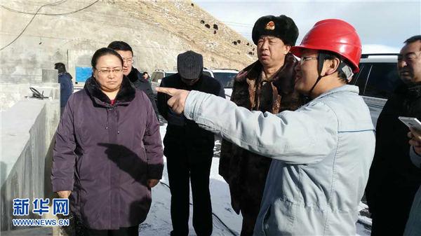 海北军分区司令员王宝平在一线组织救援指挥