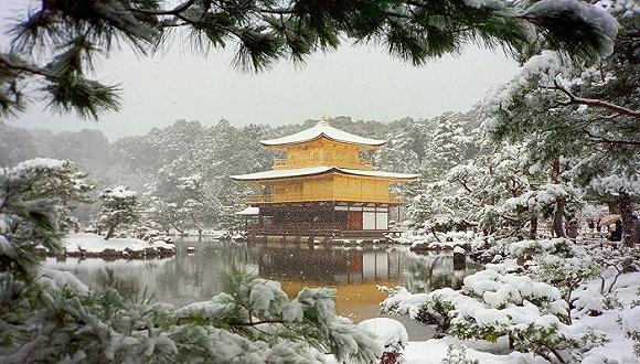 """为消除日益增多的西方游客的误解和困惑,日本政府决定改用三重塔取代""""�d""""这个记号来识别游客地图上的寺院。"""