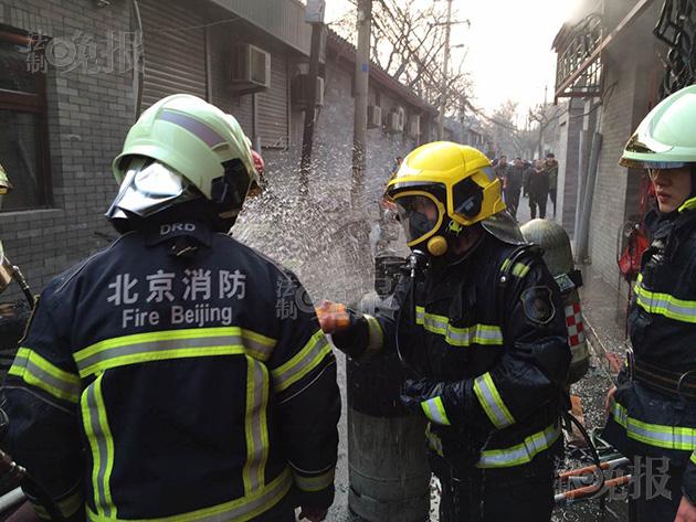 面馆起火煤气罐漏气 消防队员给罐体降温
