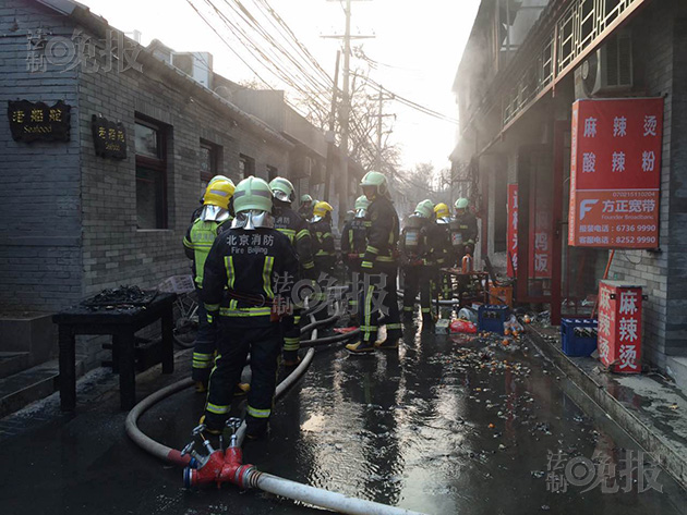 """记者注重到,消防队员在火场中抢进去一个约一人高的煤气罐,因为罐体仍不断的漏气,几名消防队员试着拧了一下煤气罐阀门后,均无奈禁止罐体漏气状况。记者在凑近煤气罐的时分能明明听到罐体漏气时收回的""""呲呲""""声。"""