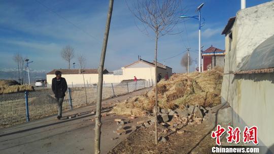 图为门源县北山乡金巴台上村受损的房屋。 胡贵龙 摄