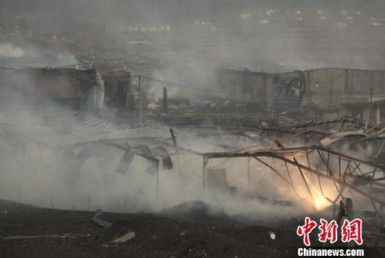 江西省上饶市广丰区洋口镇鸿盛花炮厂20日凌晨发生爆炸后16个小时,中新社记者深入爆炸现场核心区,眼前原厂区房屋仅剩残垣,火光不断,滚滚硝烟弥漫在厂区所在的山谷。 王剑 摄