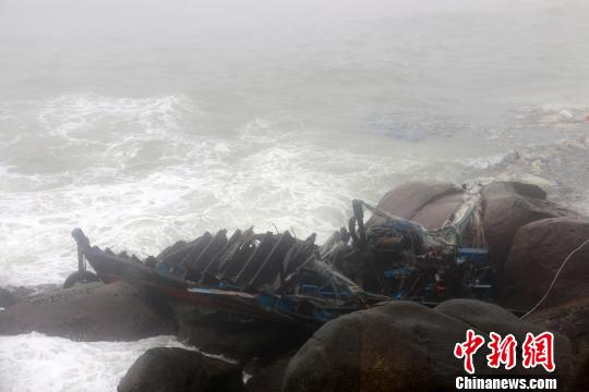 """图为被风浪撞成粉碎的渔船""""琼临渔11198""""。 清澜海事局供图 摄"""