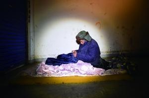 来自西北的这位老汉拒绝去救助站,救助人员给他留下新的棉衣棉鞋