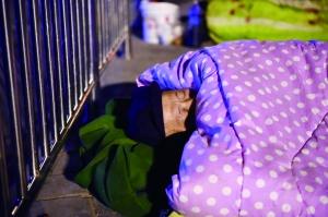睡在外面,大家都习惯地把重要东西放枕边
