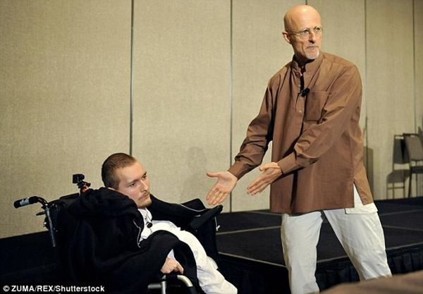 卡纳韦罗计划年底为罹患脊髓肌肉萎缩症的俄国男子瓦列里・斯皮里多诺夫进行头部移植手术。(图片来源:《每日邮报》)
