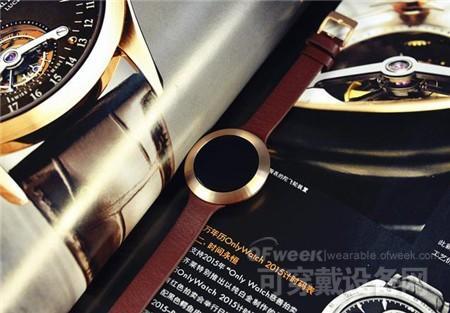 荣耀手环zero直接看上去真的很像一个手表,甚至比起很多手表来说更加漂亮。很多人都在争论,手表究竟要设计成方形还是圆形,笔者觉得,一定要是圆形,也许方形屏幕的显示屏占比会更高,利用率会更高,但是从视觉上,圆形才是最舒适最美观的设计。而这款荣耀手环zero,叫做荣耀手表也一点都不过分。