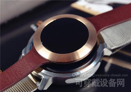 荣耀手环zero和笔者佩戴的ticwatch对比起来,明显小了许多,更加适合于女性的手腕,也可以直观的看出荣耀手环zero的市场定位,十分明确<b